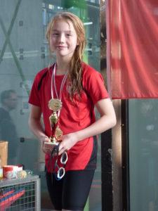 Luisa bekommt den Pokal für die beste Wertung Jg. 2007
